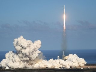SpaceX to put Internet satellites into orbit